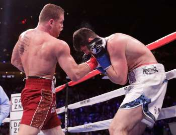 NASUNGAG: Usa ka solidong upper cut ang gibuhian sa Mexicanong si Canelo Alvarez (wala) ngadto sa apapangig ni Rocky Fielding sa England niining aktoha sa third round sa ilang away Disyembre 16 sa WBA super middleweight world championship fight sa Madison Square sa New York. (AP)
