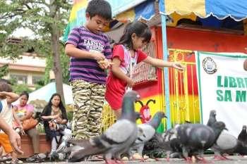 DAVAO. Nalingaw og pakaon sa mga kalapati kining duha ka mga bata didto sa San Pedro Square, Davao City. Ang maong eksena maoy usa sa mga kalingawan sa mga Dabawenyo kung mosuroy sa Rizal Park. (Mark Perandos)