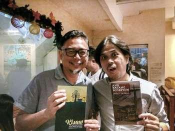SUNSTAR'S OWN. SunStar artist Josua Cabrera (left) and Superbalita Cebu columnist Lorenzo Niñal (right) show the books that they launched on Saturday, Dec. 15. (SunStar foto / Michael Rey Cortes)