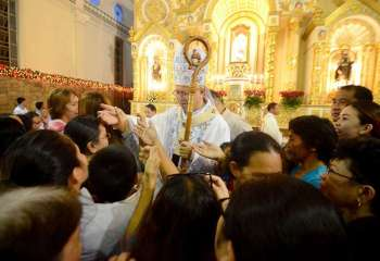 PALMA'S MESSAGE. Cebu Archbishop Jose Palma officiated this year's first dawn mass at the Archdiocesan Shrine of Immaculate Heart of Mary in Minglanilla, where he reminded the faithful that Christians think of others. (SunStar foto / Alan Tangcawan)