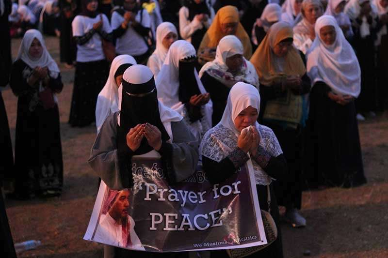 BAGUIO. Hundreds of Muslims gather at the Melvin Jones on December 16, 2018 to pray for peace and justice for Imam Bedijim Abdullah who was assassinated by a still unidentified suspect in front of Kayang Business Center on December 6. A P1-million bounty was put up by Muslims in their bid to immediately arrest those responsible for their leader's murder. (Photo by Jean Nicole Cortes)