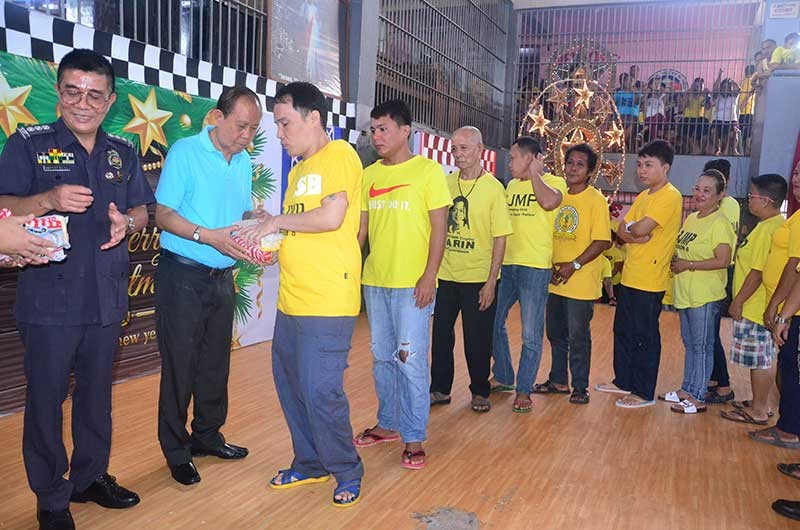 ILOILO. Governor Arthur Defensor, Sr. distribute gifts to over 2,000 inmates of the Iloilo District Jail in Barangay Nanga, Pototan, Iloilo on Sunday, December 16, 2018. The gift giving is Governor Defensor's way of celebrating his birthday which falls on Christmas Day, December 25, a tradition that he has been practicing for 18 years. (Contributed photo)