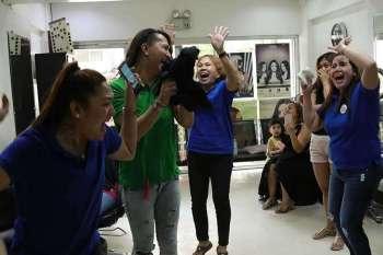 DAVAO. Nanglukso kining mga empleyado sa usa ka salon sa Jacinto Street, Davao City gumikan sa kalipay, dihang gi-anunsyo nga ang Miss Universe, mao si Miss Philippines Catriona Gray sa natigayong Miss Universe pageant sa Bangkok, Thailand, kagahapon. (Mark Perandos)
