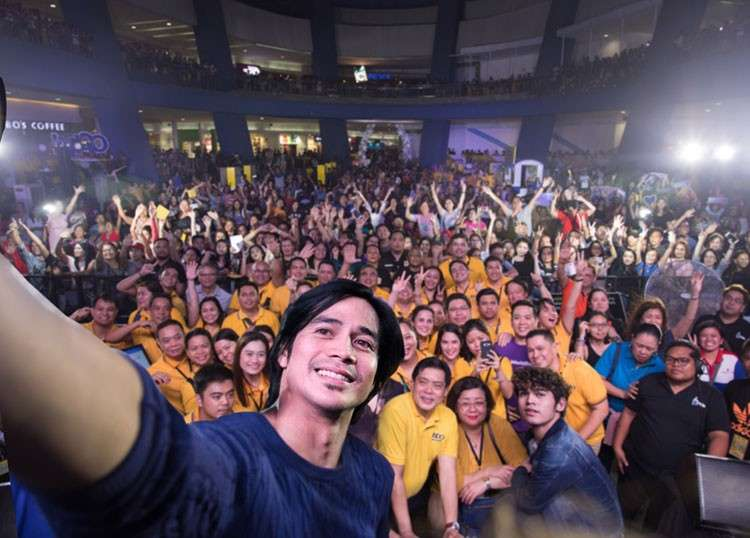 """MANILA. Piolo Pascual takes a selfie with the audience following his performance at SM-BDO's """"Pamaskong Handog"""" Christmas tribute to overseas Filipinos held recently at the SM Mall of Asia Music Hall. (PR)"""
