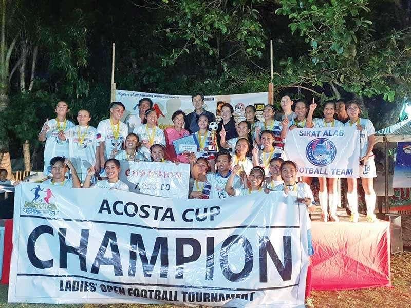 DAVAO. Ang Sikat Alab Football Club midaug sa 15th Acosta Cup ladies football tournament nga gihimo sa nakalabay nga weekend sa Tionko field. (Acosta Cup photo)