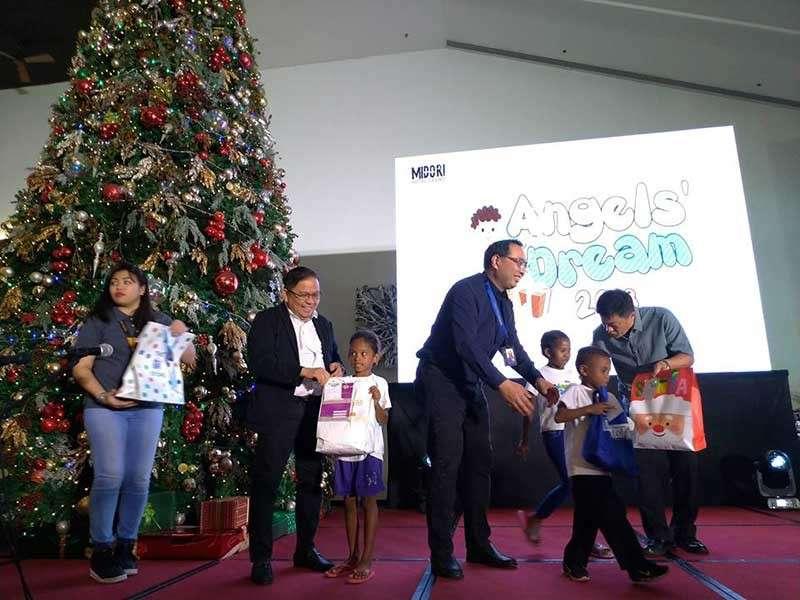 PAMPANGA. BB International president Irineo Bong Alvaro Jr. leads the gift giving to some 800 kids at the Midori Hotel Tuesday, December 18, 2018. (Photo by Reynaldo G. Navales)
