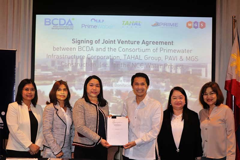 PAMPANGA. PrimeWater Sanitation and Wastewater Development head Ma. Fiorella Fabella, director of Legal Affairs Ma. Gemma Aspiras and president Fe Rebancos, and BCDA president and CEO Vivencio Dizon, executive vice president Aileen Anunciacion Zosa and chief finance officer and Joint Venture Selection Committee chairperson Atty. Nena Radoc at the signing of the joint venture agreement between BCDA and the consortium of PrimeWater Infrastructure Corporation, Prime Assets Venture, Inc., MGS Construction, Inc., and Israel-based Tahal Group in Taguig City. (Contributed photo)