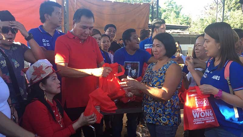 PAMPANGA. Mayor Leonora Wong and Former Mayor Rodrigo Canlas played Santa Claus as they lead the distribution of gift packs during the last leg of Pamaskong Handog in Barangay Sta. Monica Tuesday afternoon. (Princess Clea Arcellaz)