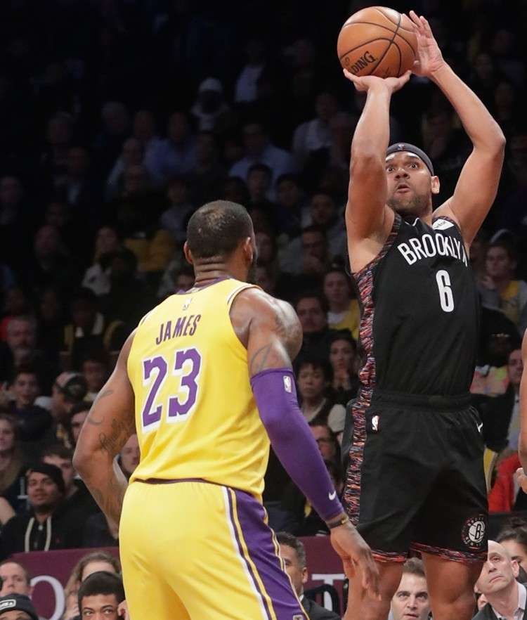 3-points. Miitsa og tres si Jared Dudley sa Brooklyn Nets atubangan ni Los Angeles Lakers superstar  LeBron James (23) ning aktuha kagahapon sa NBA. Gipangbuntog sa Nets ang Lakers, 115-110, ning duwaa aron inaton ang ilang sunodsunod nga kadaugan ngadto sa unom. (AP Photo)