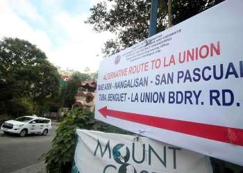 BENGUET. A tarpaulin is placed at an intersection on Asin Road to inform motorists of the newly opened Asin-Nangalisan-San Pascual Road, an alternate route to Baguio City. By using the Asin-Nangalisan-San Pascual Road, motorists would skip the heavy traffic along Marcos Highway. (Photo by Jean Nicole Cortes)