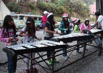 BAGUIO. A drum and lyre group from Lucban Elementary School serenades houses and establishments along Magsaysay Ave. with Christmas carols. (Photo by Jean Nicole Cortes)