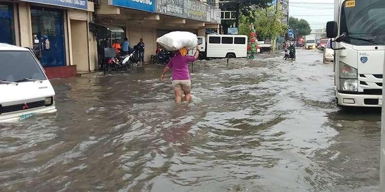 Baha. Misungasong ang pipila ka mga sakyanan ug tawo sa lawom nga baha sa may Cebu North Road sa habig sa dakbayan sa Mandaue taliwa sa pagbunok sa uwan kagahapon. (Fe Marie Dumaboc)