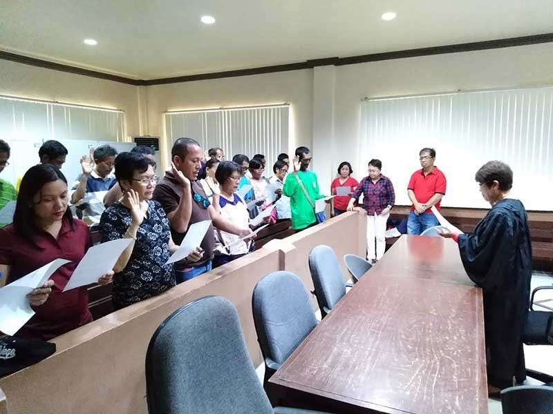 NEGROS. Twenty-eight farmers in Binalbagan, Negros Occidental took their oath as potential agrarian reform beneficiaries before Judge Leticia Trigue at Binalbagan Municipal Trial Court on Wednesday, December 19. (Contributed photo)