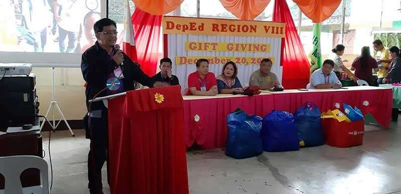 LEYTE. Department of Education (DepEd) Eastern Visayas assistant director Atty. Fiel Almendra delivers his talk during the gift giving at the Leyte Regional Prison in Abuyog, Leyte on December 20. (Photo by Noli Ann Billo)