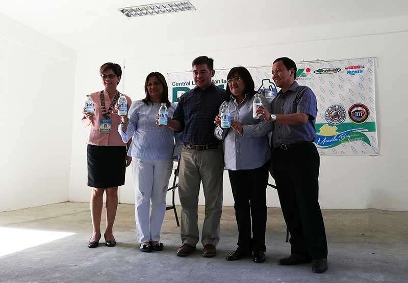 PAMPANGA. San Fernando City Environment and Natural Resources Officer Maria Regina Rodriguez, Environmental Monitoring and Enforcement Division Chief Engr. Elisa Dimaliwat, Department of Environment and Natural Resources (DENR) regional director Paquito Moreno Jr., Environmental Management Bureau regional director Lormelyn Claudio and DENR assistant regional director for Management Services Tirso Parian, Jr. led the Refill Revolution which seeks to beat plastic pollution. The activity, held at the Regional Government Center in barangay Maimpis, forms part of the celebration of this year's Manila Bay Day of DENR. (PIA-Central Luzon)