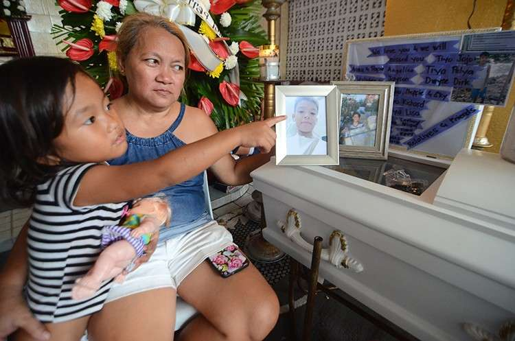 At the wake of Cyrus John Ferras, 12, are his mother, Teresa, and his niece Steffie Georgette, 4. (SunStar Foto / Alan Tangcawan)
