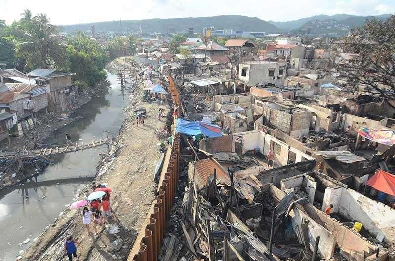 SIKITSIKIT: Maklaro sa nahabilin nga mga estruktura sa unom ka mga sityo sa Barangay Duljo Fatima ang panagsikit sa mga balay hinungdan nga naglisod ang mga bombero sa pagsulod. (Alan Tangcawan)