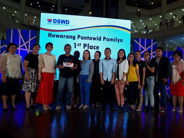 Model Family. Clodualdo Campugan (fourth from left) receives the plaque of recognition and cash prize as a member of the 2018 Regional Huwarang Pantawid Pamilya.  (Contributed Foto)