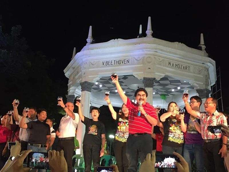 BACOLOD. Bacolod City officials led by Mayor Evelio Leonardia at the opening of 39th MassKara Festival at the public plaza as part of the city's 80th year celebration. (Merlinda Pedrosa)
