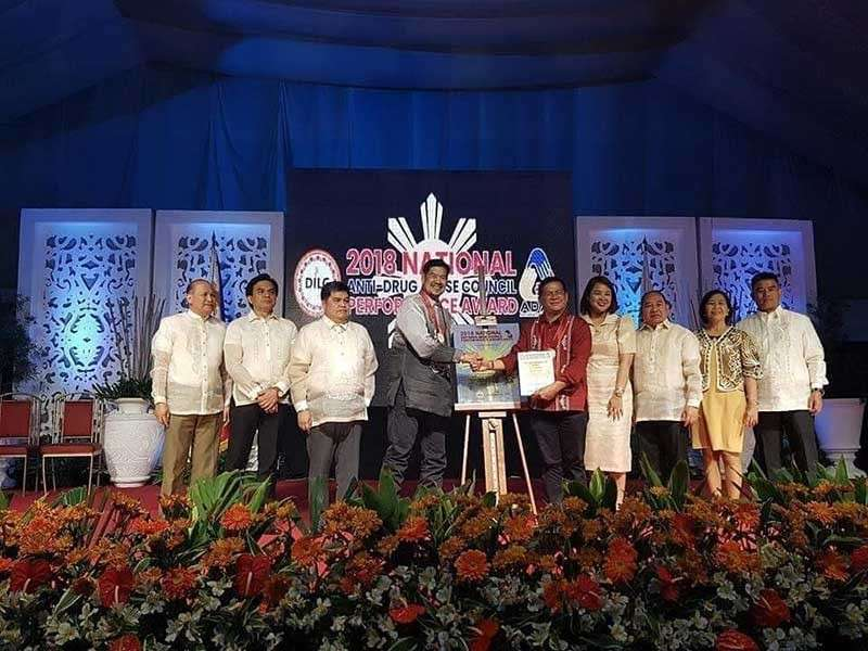 Mayor Jose Espinosa III receives the National ADAC Performance Award from the Department of the Interior and Local Government during the awarding ceremony in Tent City, Manila Hotel December 28. (Photo from DILG-Western Visayas Facebook page)