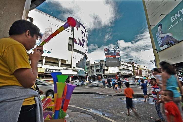 Alternative. Strict regulations on the sale of firecrackers and pyrotechnics have forced some revelers to greet the New Year with the tooting of horns. (SunStar Photo / Amper Campaña)