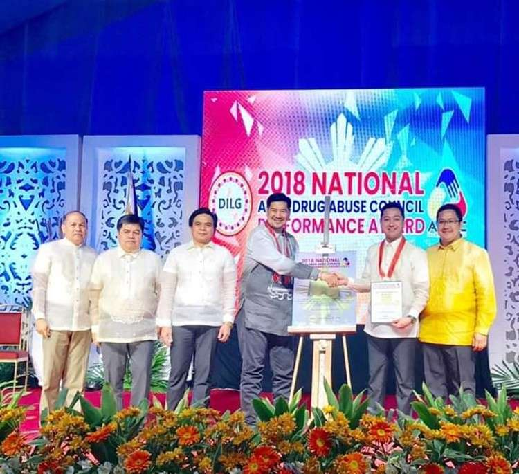 Recognition. Mandaue City Councilor Kevin Cabahug (second from right) receives for the City Government the 2018 National Anti-Drug Abuse Council Performance Award from DILG officials during the awarding ceremony in Manila. (Contributed Foto)