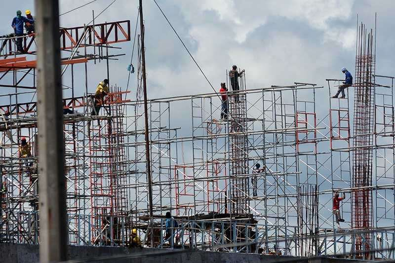 SHORTAGE OF WORKERS. The National Economic and Development Authority 7 says there already is a labor shortage in the construction industry due to the robust building activities of the private and public sectors. (SunStar file photo)