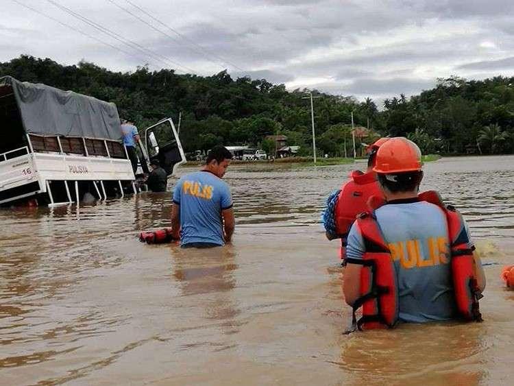 Bakwit. Mga pulis ug uban pang mga responder mingtabang sa pagbakwit sa mga lumolupyo nga apektado sa baha sa Libon, Albay. (Gikan sa Civil Defense Bicol Facebook)