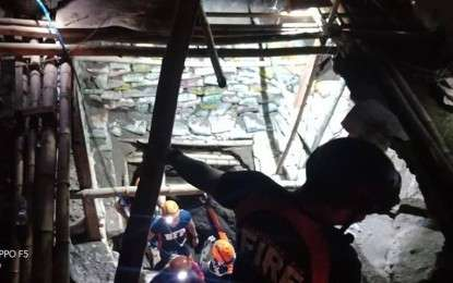 "SIBULAN. Personnel from the Bureau of Fire Protection make their way down the entrance of a collapsed tunnel in Sibulan, Negros Oriental on Thursday, January 3, 2019, in search of the missing ""treasure hunters"" who were buried in the tragedy a day earlier. (Photo by Juancho Gallarde)"