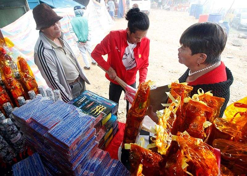 BENGUET. Customers purchase pyrotechnic devices from stalls along Marcos Highway in   Poblacion, Tuba, Benguet before the New Year revelry. Baguio City, Ifugao, Benguet, and Mountain Province had zero casualty during the New Year celebration. (Photo by Jean Nicole Cortes)