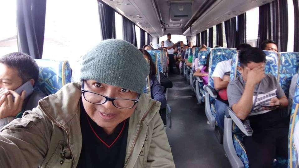WAY MAGBAROG? Klaro nga way nagbarog nga bisan usa ka pasahero sa bus nga gikan sa Santander, Cebu base sa selfie ni Marq Luzano (wala nga hulagway). Sa laing bus gikan sa Negros, dunay pipila ka pasahero nga nipugos pagsakay nga magbarog base sa selfie usab ni Ka Bino Guerrero (sukip). Estorya sa pahina 2. (MGA TAMPO NGA HULAGWAY)