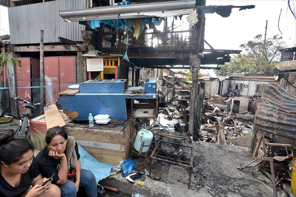 CEBU. Barangay Duljo-Fatima in Cebu City has been struck by fire twice in the last two weeks. The blaze in Sitio Cepadol last Saturday night, Jan. 5, gutted 18 houses (above). For survivors of both incidents, they'll just have to start anew.  (SunStar Photo/Amper Campaña)