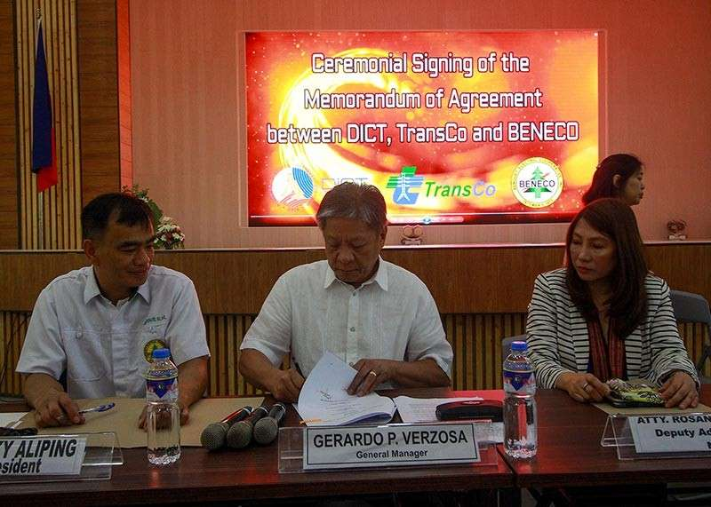 BAGUIO. Benguet Electric Cooperative (BENECO) general manager Gerardo Versoza (center) signs the memorandum of agreement with the Department of Information and Communications Technology (DICT), and National Transmission (Transco) for a faster internet connection and free wifi in public spaces in Baguio City as Beneco board president Rocky Aliping (left) looks on. (Jean Nicole Cortes)