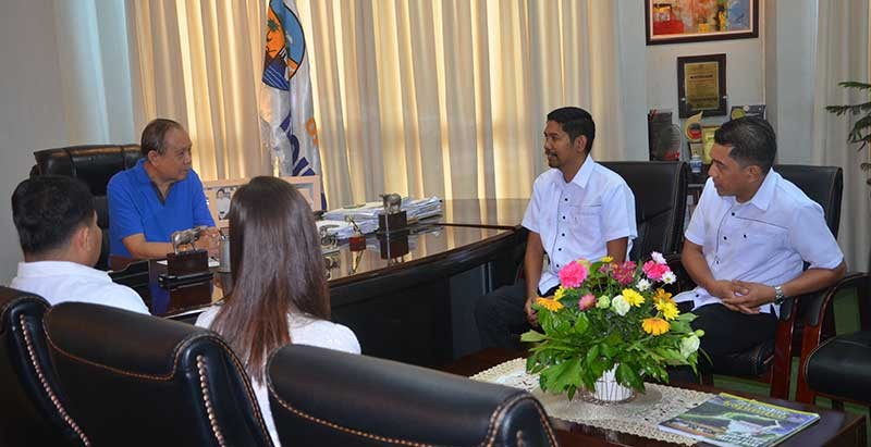ILOILO. Philippine Drug Enforcement Agency (PDEA)-Western Visayas officer-in-charge Alex Tablate (2nd from right) and other PDEA  officials pay courtesy call to Governor Arthur Defensor Sr. on Wednesday, January 9, 2019. (Capitol photo)