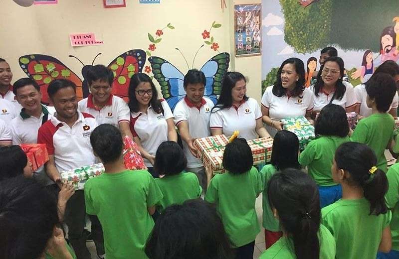 """DAVAO. Madasigon ang mga personahe sa Davao Light and Power Co., Inc. sa ilang pagpanghatag og regalo sa kabataan nga anaa sa Balay Dangupan atol sa ilang gift-giving activity nga dunay temang, """"Kaibigan Gives Back."""""""