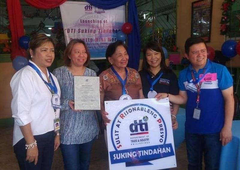 PAMPANGA. Acting Mayor Lugie Lipumano (left) and Department of Trade and Industry Provincial Director Leonila Baluyut (2nd right) confer the Suking Tindahan seal to Barretto Mini Mart, the first recipient in Olongapo City. (Contributed Photo)