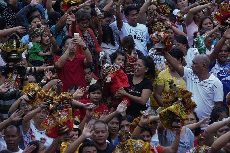 """FOR CHILDREN TOO. Cebu City Mayor Tomas Osmeña wants everyone to help make Sinulog 2019 safe for children, saying the celebration is for them. In his homily, Basilica rector Fr. Pacifico Nohara asked parents to guide the youth,  """"the future evangelizers of God's word."""" (SunStar photo / Amper Campaña)"""