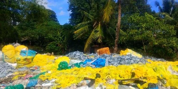 CEBU. Mao ni ang mga yellow plastic nga gisudlan sa mga hospital waste, nga nahimutang kilid sa Butuanon River, atbang sa mga balay nga nahimutang sa Zone Tangkong, Barangay Paknaan, Mandaue City. (Fe Marie Dumaboc)