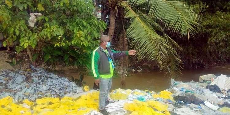 CEBU. Placido Jerusalem ang assistant head sa Mandaue CENRO ang nisusi sa mga yellow plastic ug pipila ka hospital waste nga anaa sa kilid sa Butuanon river. (Fe Marie Dumaboc)