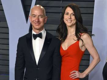 USA. In this March 4, 2018 file photo, Jeff Bezos and wife MacKenzie Bezos arrive at the Vanity Fair Oscar Party in Beverly Hills, California. Bezos says he and his wife, MacKenzie, have decided to divorce after 25 years of marriage.  Bezos, one of the world's richest men, made the announcement on Twitter Wednesday, January 9. (AP)