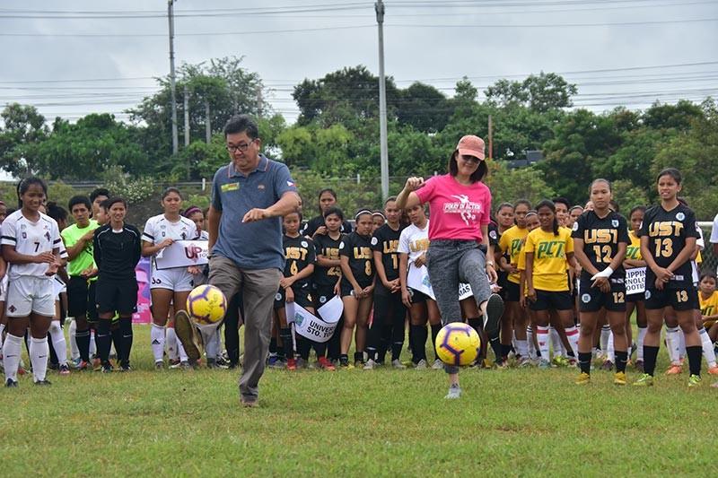 DAVAO. Si Taguig City Representative Pia Cayetano ug South Region Davao Football Association (SRDFA) official Edgar Te naguna sa ceremonial kick sa 4th Pinay in Action (PIA) tournament sa Tionko field sa dakbayan sa Davao Sabado, Enero 12. (Macky Lim)