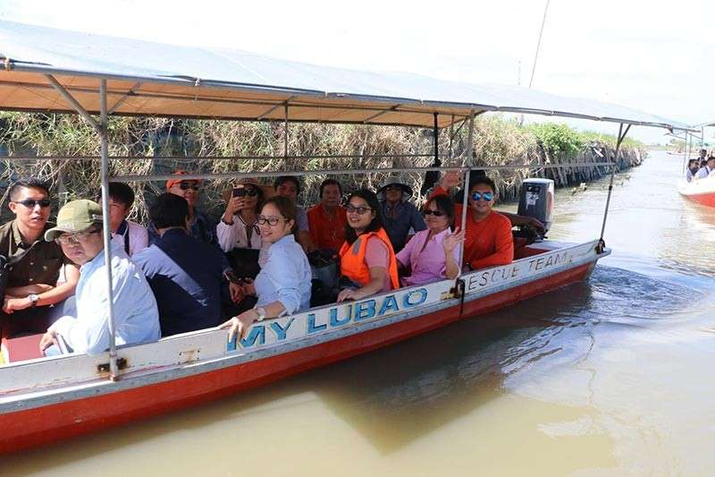 PAMPANGA. House Speaker Gloria Macapagal-Arroyo and comebacking Second District Congressman Juan Miguel 'Mikey' Arroyo wave to residents of Batang 1st in Sasmuan after inspecting on Friday the Sasmuan River and the coastal village. (Chris Navarro)