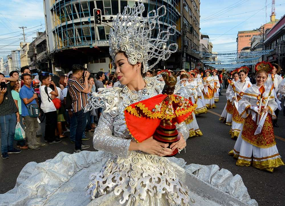 VIOLENCE-FREE. Many Cebuanos believe the Sto. Niño has kept Cebu safe and secure during the past centuries. Authorities need to educate the public so the latter can be more cooperative in sharing the stake for peace and order, especially during the Sinulog fiesta. (File foto)