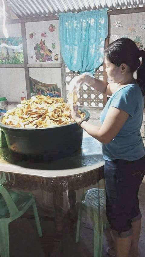 GOING BANANAS. Adelfa Bondoc prepares the banana chips for delivery to her customers in her hometown in Lila, Bohol. (Contributed foto)