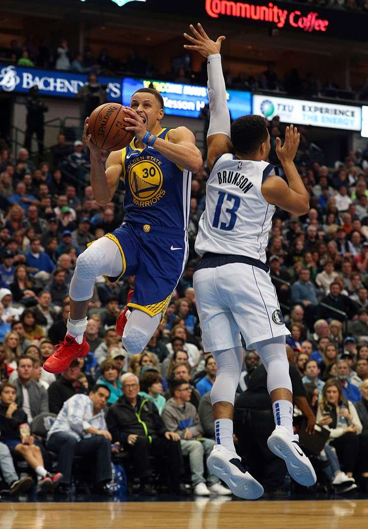Up, up and away. Ang star player sa Golden State Warriors guard Stephen Curry (30)  nga igo lang gilabyan ang depensa ni Jalen Brunzon sa Dallas Mavericks niining aktoha atol sa ilang duwa kagahapon sa NBA. (AP)
