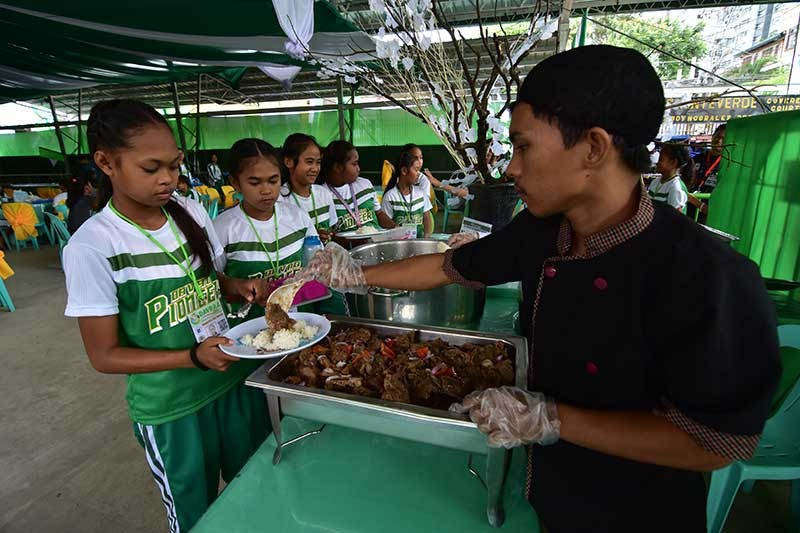 DAVAO. Athletes line up for their meals. (File photo)