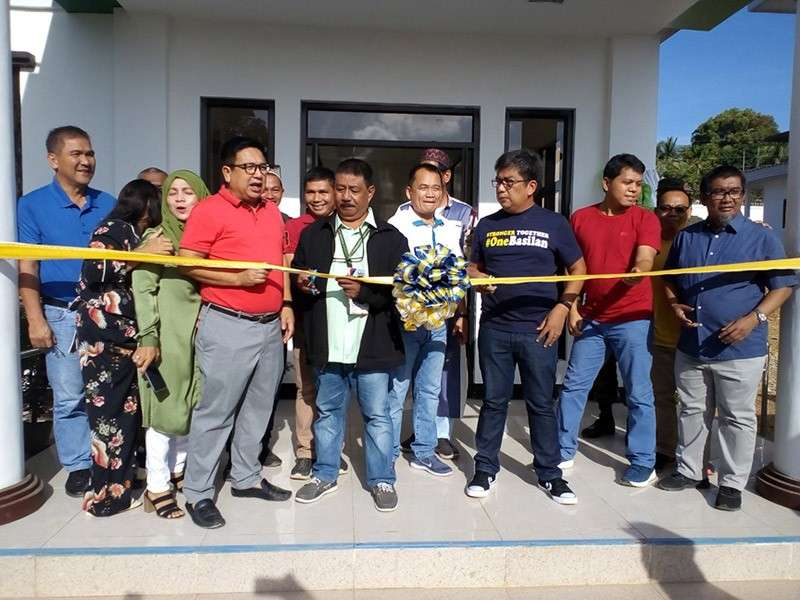 ZAMBOANGA. Governor Mujiv Hataman of the Autonomous Region in Muslim Mindanao (ARMM) (3rd from right with glasses) on Wednesday leads the inauguration of P20 million projects at the Basilan Government Center in Lamitan City. (Bong Garcia)