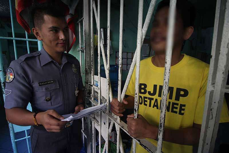 BENGUET. Jail Officer Teodorico Malicdem, in-charge of the inmate's welfare and development at the Baguio City Jail, checks on detainees. The Bureau of Jail Management and Penology (BJMP) funded 13.2M for the construction of a new jail facility in Shilan, La Trinidad this year. (Photo by Jean Nicole Cortes)