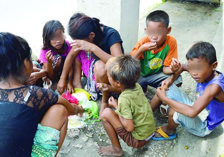 CEBU. Children share a meal near a flyover in Lapu-Lapu City in this image taken during the 2013 election campaign. (SunStar Photo/Alan Tangcawan)