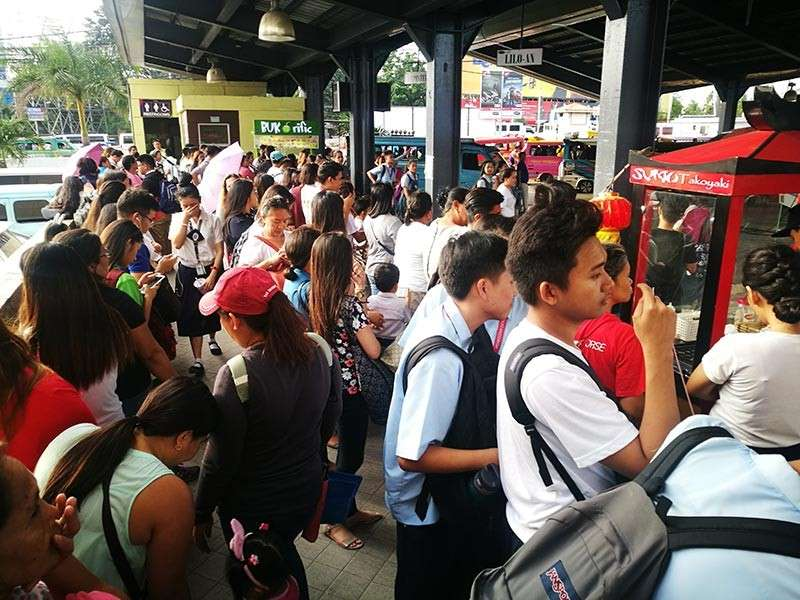 CEBU. Commuters are stuck at the jeepney terminal of the Pacific Mall in Mandaue City Wednesday, Jan. 16. There was a shortage of jeepneys due to the heavy traffic brought on by stalled wing vans in Mandaue City and Consolacion. (SunStar photo/Allan Cuizon)